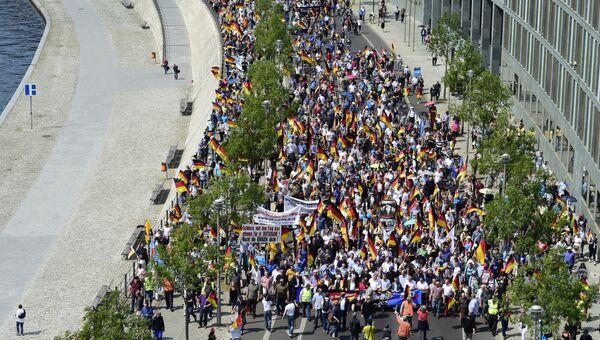 Участники акции протеста, организованной партией Альтернатива для Германии (АдГ), в Берлине. Архивное фото