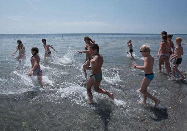 Дети из городов России на пляже детского оздоровительного лагеря Лучистый в Евпатории