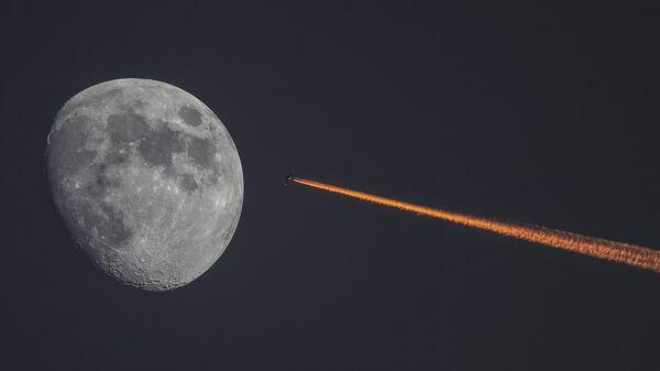 Луна и самолет на закате