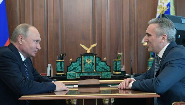 Владимир Путин и бывший мэр Тюмени Александр Моор во время встречи. 29 мая 2018