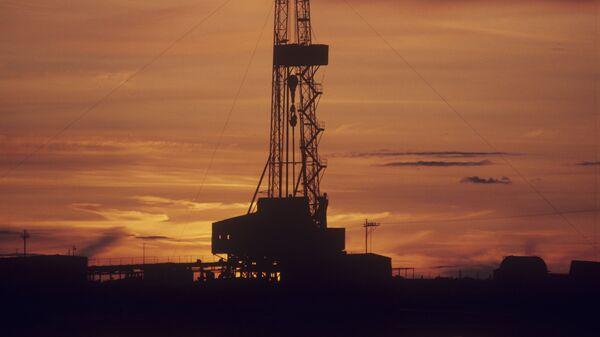 Буровая вышка на месторождении нефти и газа