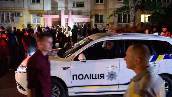 Сотрудники полиции и журналисты возле дома в Киеве, где был застрелен российский журналист Аркадий Бабченко