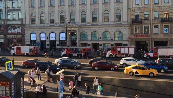 Пожарная техника рядом с универмагом Пассаж в Санкт-Петербурге. 29 мая 2018