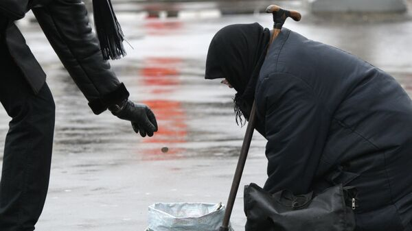 Нищенка на московской улице. Архивное фото