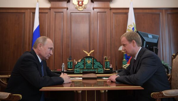 Президент РФ Владимир Путин и временно исполняющий обязанности губернатора Алтайского края Виктор Томенко во время встречи. 30 мая 2018