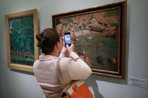 Посетительница на выставке Импрессионизм в авангарде в Музее русского импрессионизма в Москве