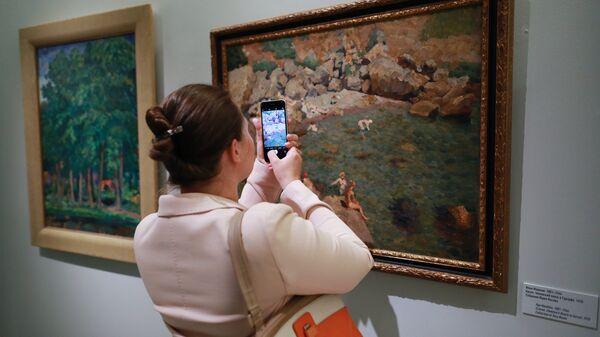 Посетительница на выставке