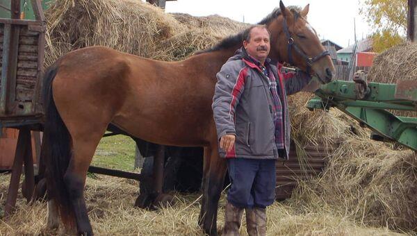Депутат Законодательного собрания Камчатского края Михаил Пучковский с конем. Архивное фото