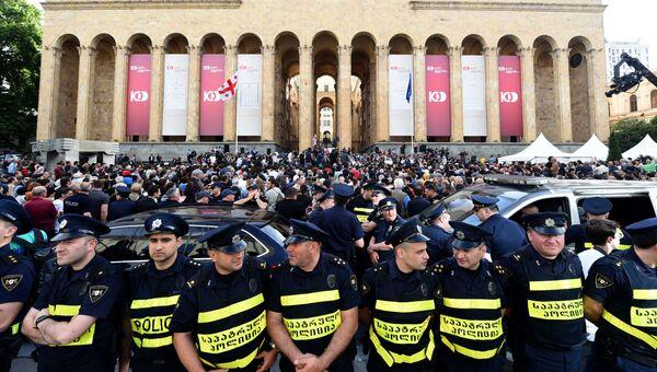 Акция протеста проходит у здания парламента, Грузия. 1 июня 2018