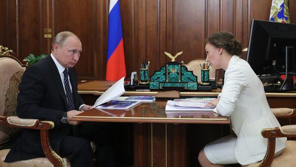 Президент РФ Владимир Путин и уполномоченный при президенте РФ по правам ребенка Анна Кузнецова во время встречи. 4 июня 2018