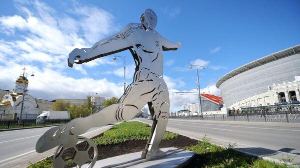 Фигура футболиста у стадиона Екатеринбург Арена в Екатеринбурге