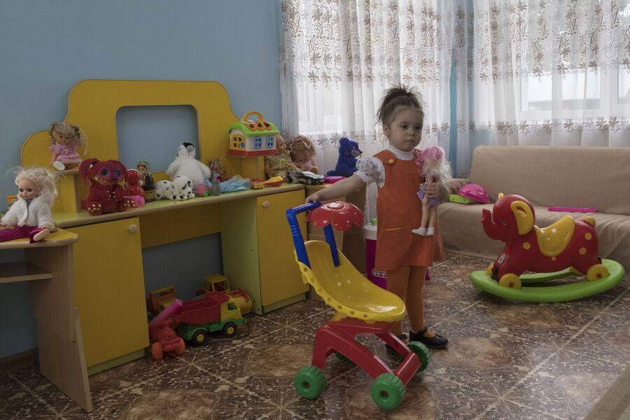 Девочка в центре совместного проживания осужденных с детьми в ИК №1 во Владимирской области