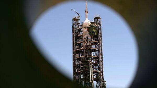 Ракета-носитель Союз-ФГ с пилотируемым кораблем Союз МС-09 перед запуском на космодроме Байконур