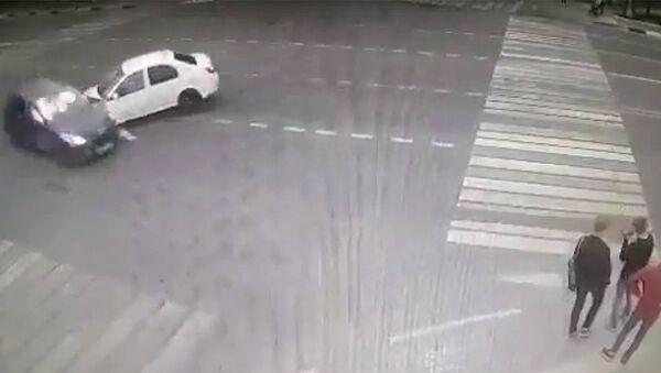 Стопкадр записи камеры видеонаблюдения, на которую попал момент ДТП в Домодедово