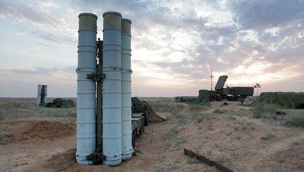 Подготовка к стрельбам зенитных ракетных систем С-400 Триумф. Архивное фото