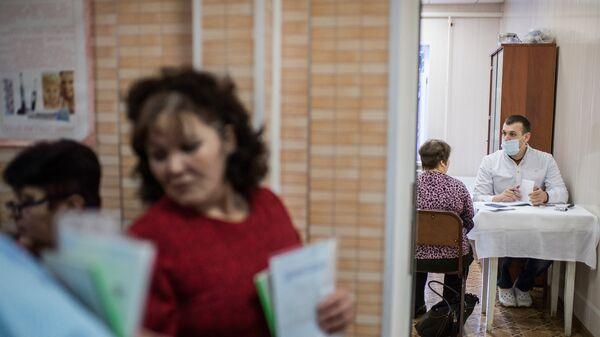 Жители села Литковка Омской области во время медицинского обследования у выездной бригады врачей Омского Клинического медико-хирургического центра