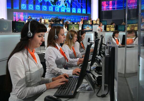 Сотрудницы колл-центра во время ежегодной специальной программы Прямая линия с Владимиром Путиным