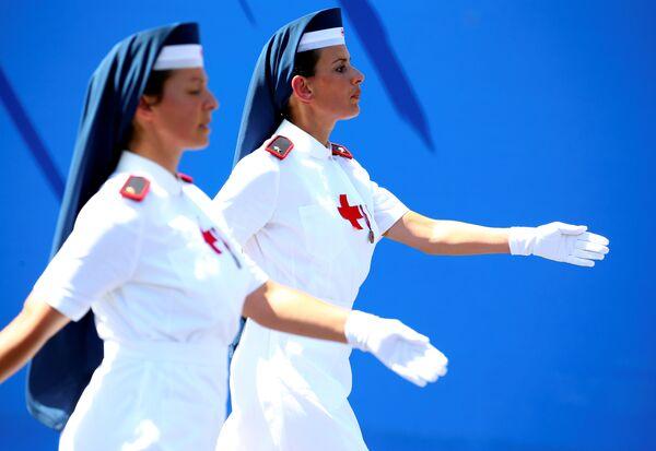 Медсестры итальянского Красного Креста принимают участие в военном параде во время празднования Дня Республики в Риме