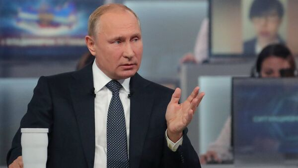 Президент РФ Владимир Путин отвечает на вопросы россиян во время ежегодной специальной программы Прямая линия с Владимиром Путиным в эфире российских телеканалов и радиостанций.