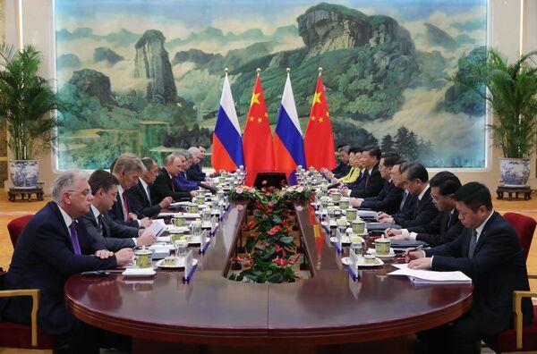 Президент РФ Владимир Путин и председатель КНР Си Цзиньпин во время российско-китайских переговоров в Пекине. 8 июня 2018