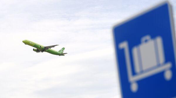 Самолет авиакомпании S7 во время взлета в аэропорту Домодедово