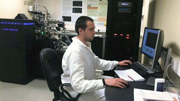 Представитель кафедры Физические проблемы материаловедения НИЯУ МИФИ в процессе выполнения исследований