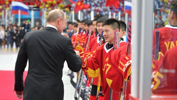 Президент РФ Владимир Путин во время посещения товарищеского хоккейного матча юношеских команд в Тяньцзине