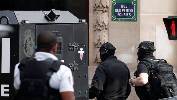 Специальный отдел французской полиции на улице, где человек взял людей в заложники в бизнесе-центре в Париже, Франция. 12 июня 2018