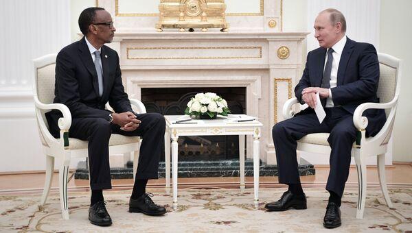 Президент РФ Владимир Путин и президент Руанды Поль Кагаме во время встречи. 13 июня 2018