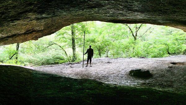 Навес Мешоко, где были найдены артефакты древних людей, зубы свиньи и огрызки груш