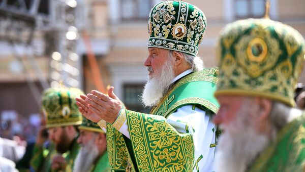 Патриарх Московский и Всея Руси Кирилл во время божественной литургии у стен Вологодского кремля и Софийского собора. 17 июня 2018