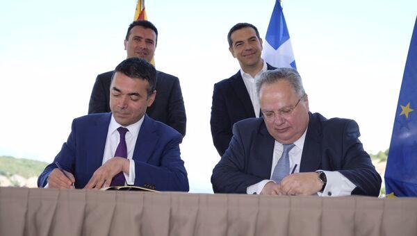 Министры иностранных дел Греции Никос Котзиас и бывшей югославской республики Македония Никола Димитров во время церемонии подписания соглашения о новом конституционном названии Македонии. 17 июня 2018
