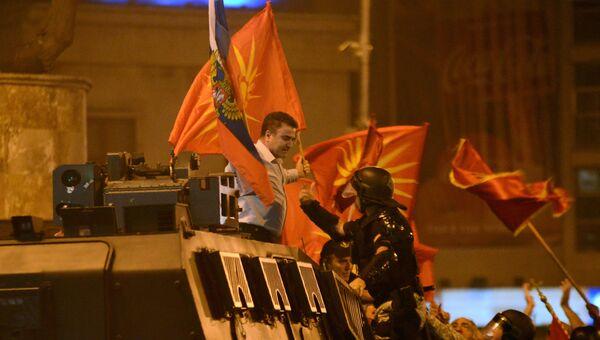 Участник митинга с флагами России и Македонии против изменения названия страны в Македонии. 17 июня 2018, архивное фото