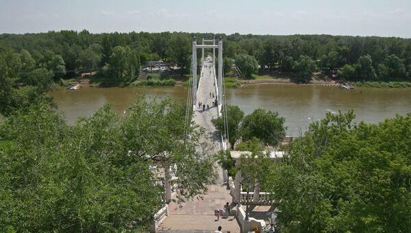 Пешеходный мост через реку Урал в Оренбурге. Архив