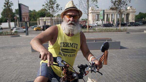 Мужчина на велосипеде в центре Москвы