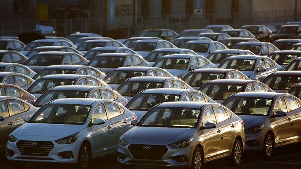 Автомобили Hyundai Solaris на стоянке завода в Ленинградской области