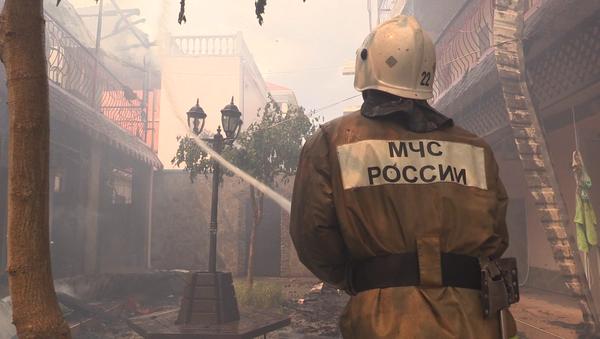 Спасатель МЧС при ликвидации пожара в гостевом доме Арсенал в Евпатории, Крым. 21 июня 2018