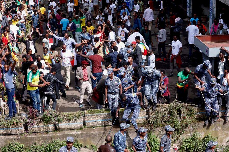 Сотрудники правоохранительных органов на митинге в поддержку эфиопского премьер-министра Абия Ахмеда в Аддис-Абебе. 23 июня 2018