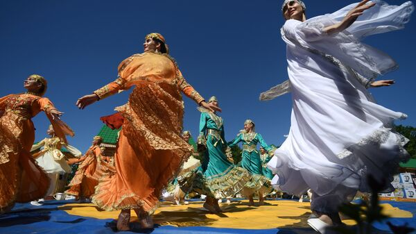 Участницы гуляний на празднике Сабантуй