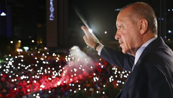Президент Турции Реджеп Тайип Эрдоган обращается к своим сторонникам в Анкаре. 25 июня 2018