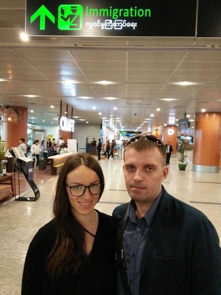 Сергей Сановский и его супруга Татьяна в аэропорту Бангкока