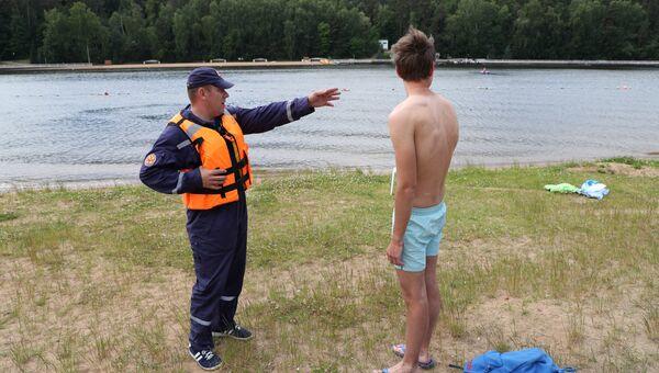 Спасатель первого класса Сергей Картвый проводит профилактическую беседу с отдыхающими