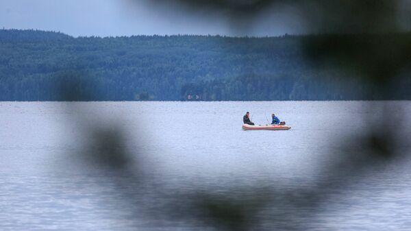 Рыбаки рыбачат на Онежском озере в Республике Карелия