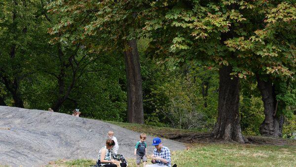 Жители отдыхают в Центральном парке в Нью-Йорке