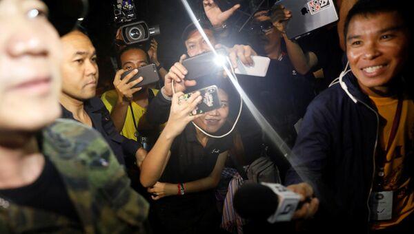 Журналисты у входа в пещеру Тхам Луанг в Таиланде, где были обнаружены живыми 12 членов юношеской футбольной команды и их тренер. 2 июля 2018