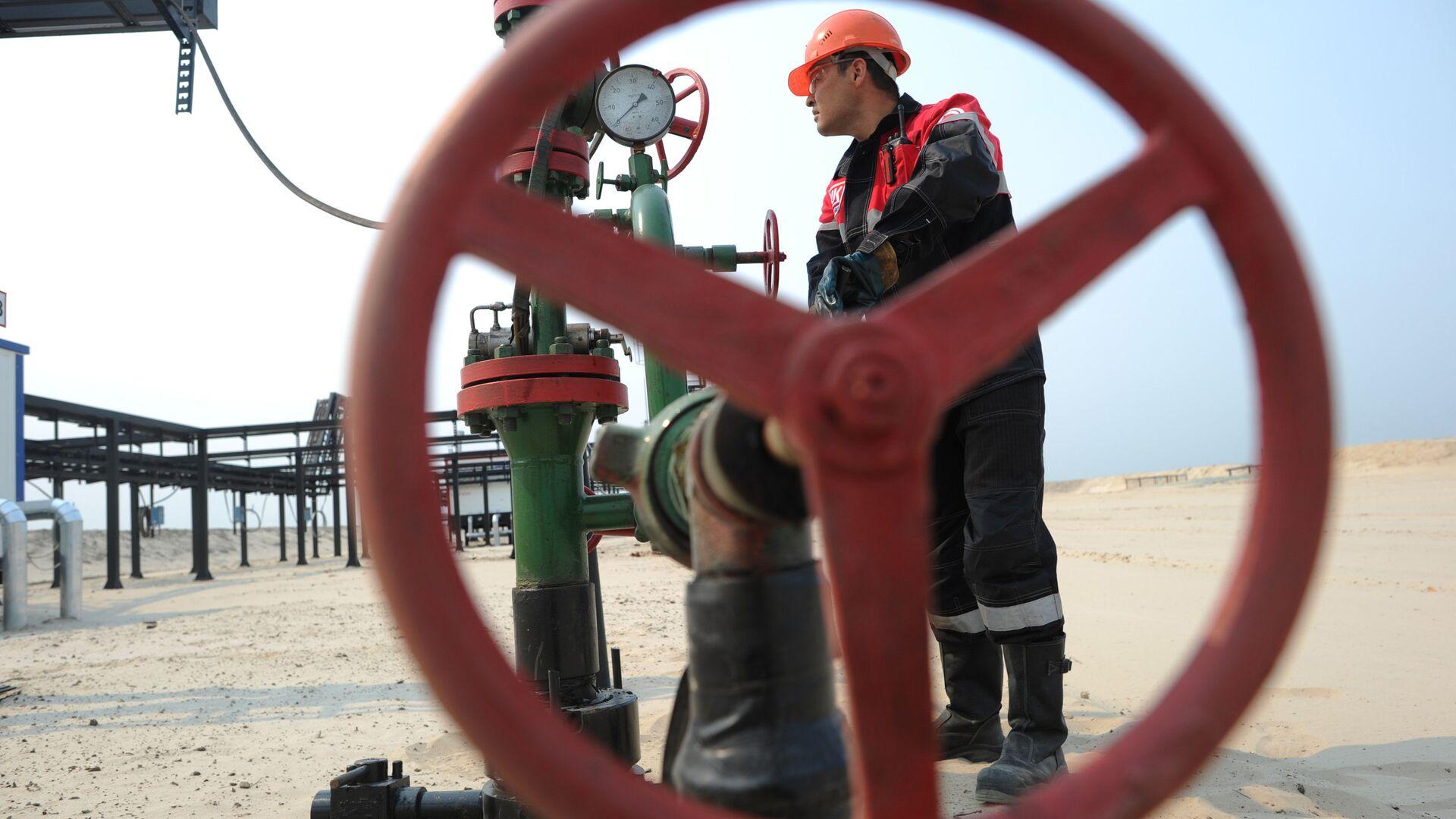 Оператор по добыче нефти компании Лукойл на нефтяном кусте в районе города Когалым - РИА Новости, 1920, 28.02.2021