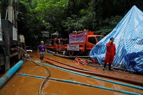 Спасатели выходят из пещеры Тхам Луанг в провинции Чиангмай