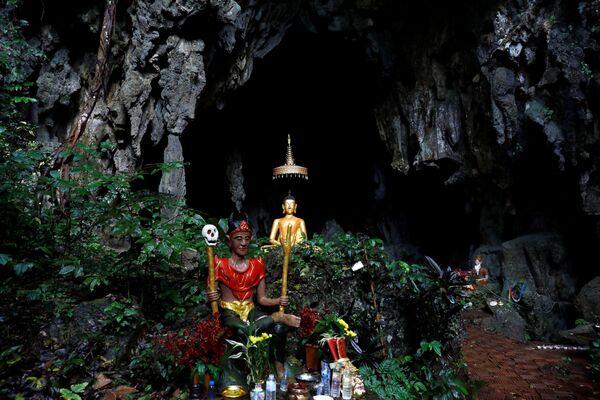 Образ Будды у входа в пещеру Тхам Луанг в провинции Чиангмай, где идут поиски пропавших детей