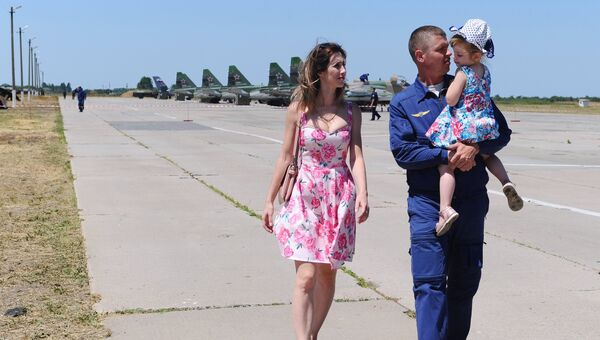 Во время встречи пилотов штурмовиков Су-25 на военном аэродроме Краснодарского края после командировки в Сирию