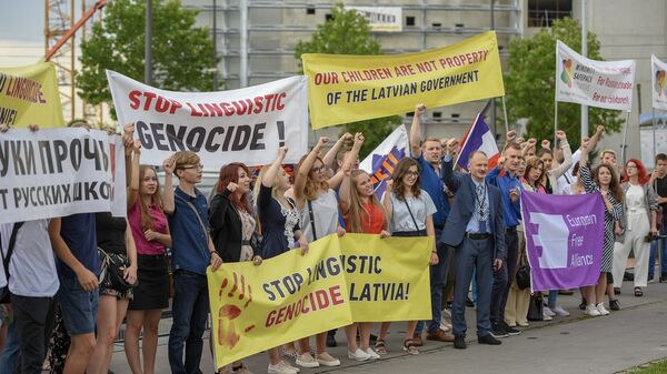 Латвийские школьники и активисты Русского союза Латвии во время акции в защиту русскоязычного образования в Страсбурге, Франция. 4 июля 2018